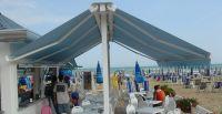 Freistehende-Doppelgelenkarmmarkise-Strand