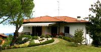 Offene-Gelenkarmmarkise-Ferienhaus-Garten