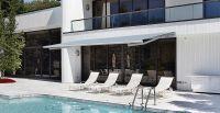 Offene-Gelenkarmmarkise-blau-Terrasse-Pool