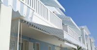 Offene-Gelenkarmmarkise-blau-weiss-Appartements