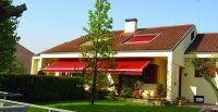 Offene-Gelenkarmmarkise-rot-Terrasse
