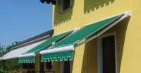 Kassettenmarkise-gruen-gelbes-Haus