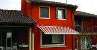 Kassettenmarkise-rot-weiss-gestreift-Fenster